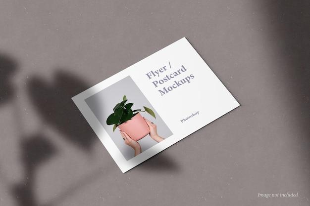 Flyer- und postkarten-mockup-perspektivansicht