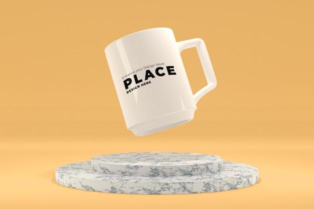 Flying mug-modell über dem marmorpodest