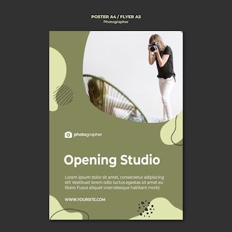 Fotograf, der studioplakat öffnet