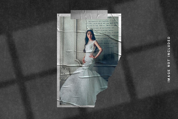 Fotorahmenmodell auf zerrissener papierstruktur