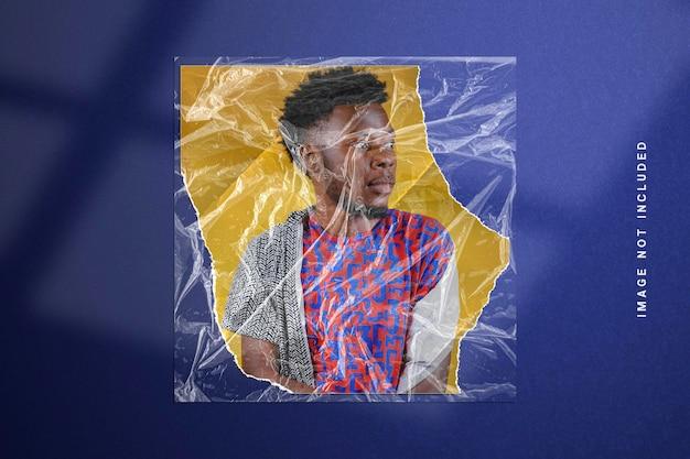 Fotorahmenmodell in zerrissener papierstruktur und plastikfolie