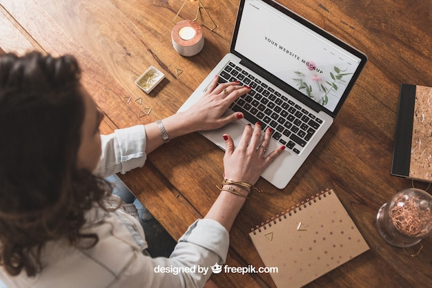 Frau arbeitet mit laptop auf holztisch