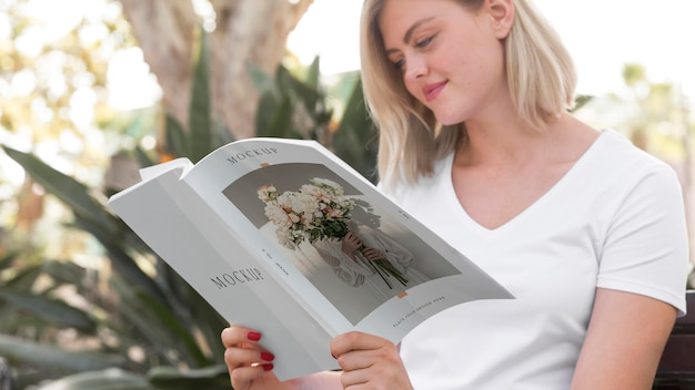 Frau auf der straße lesebuch