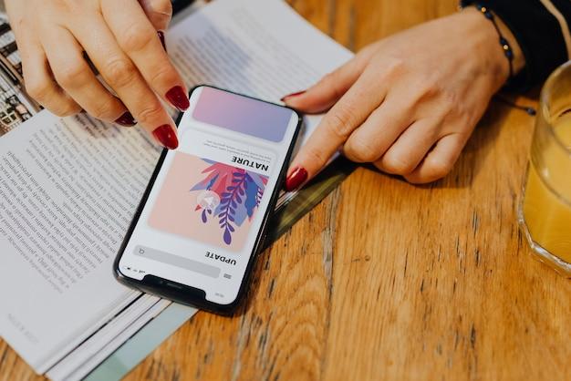 Frau, die aktualisierungen an ihrem intelligenten telefon überprüft
