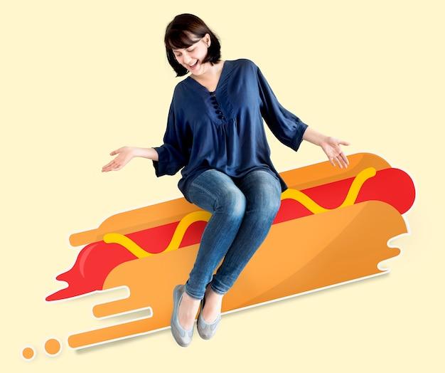 Frau, die auf einem erläuterten hotdog sitzt