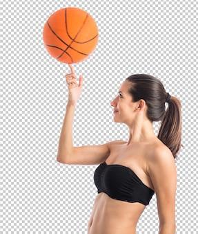 Frau, die basketball spielt