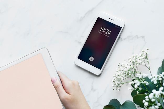 Frau, die das weibliche und girly konzept der digitalen tablette und des smartphone verwendet