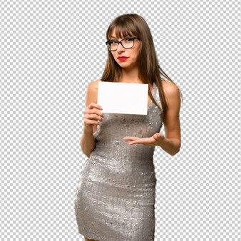 Frau, die ein paillettenbesetztes kleid trägt