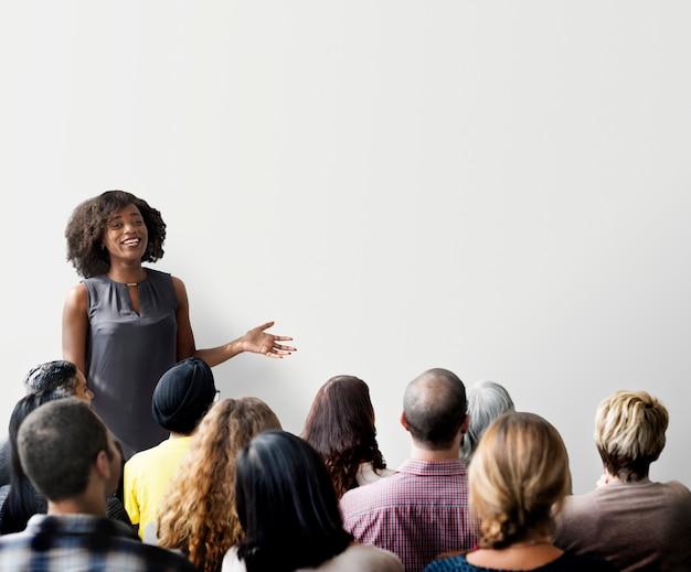 Frau, die ein seminar und ein exemplar gibt