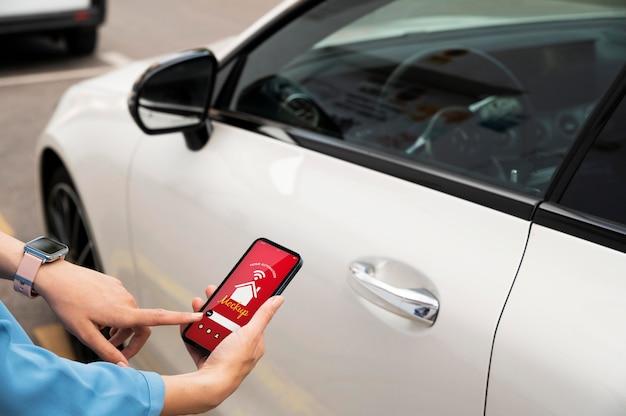 Frau, die ein smartphone mit einer hausautomatisierungs-app hält