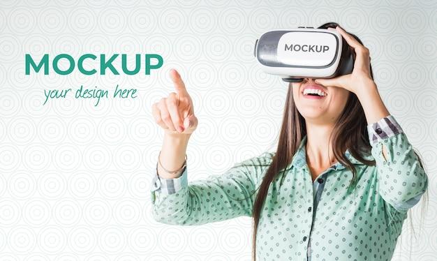 Frau, die ein spiel der virtuellen realität spielt, während sie eine schutzbrille trägt