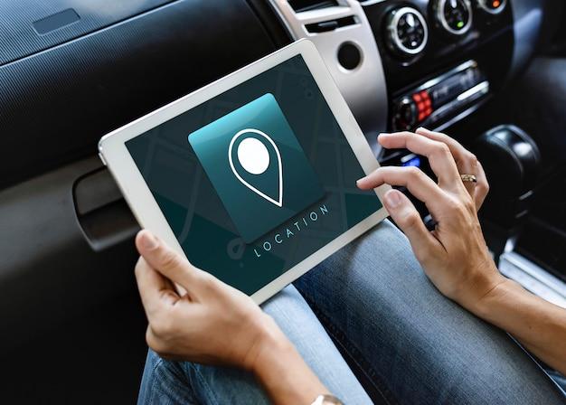Frau, die eine digitale tablette im auto verwendet