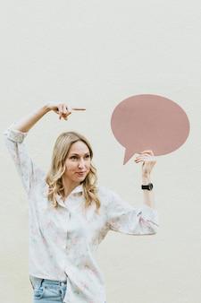 Frau, die eine leere sprechblase zeigt