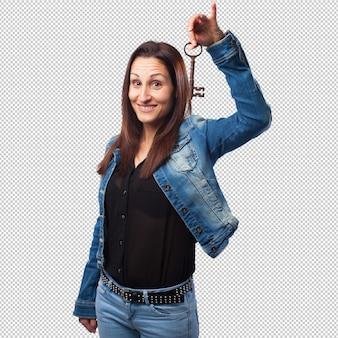 Frau, die einen schlüssel hält