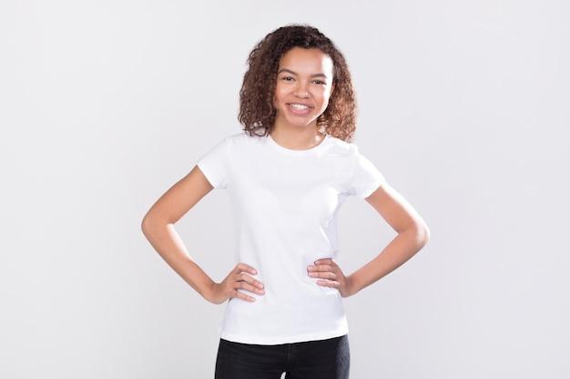 Frau, die hemdenmodellentwurf trägt