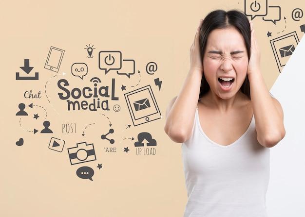 Frau, die ihre ohren bedeckt, um von social-media-anzeigen zu entkommen