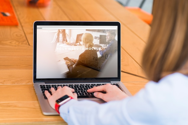 Frau, die mit laptopmodell arbeitet