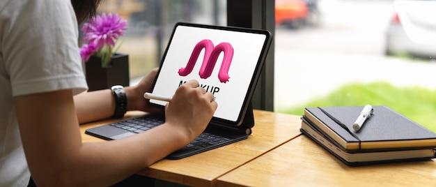 Frau, die modell digitale tabelle mit tastatur verwendet