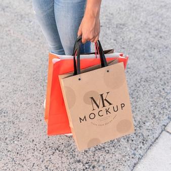 Frau, die modell-einkaufstaschen hält