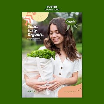 Frau, die salatplakatschablone hält