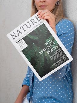 Frau, die sich einen naturzeitschriftenspott zeigt Kostenlosen PSD