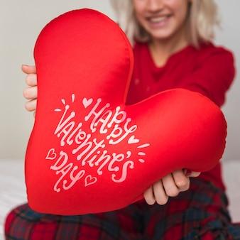Frau, die valentinstagherz hält