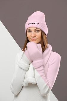 Frau, die warme kleidung trägt