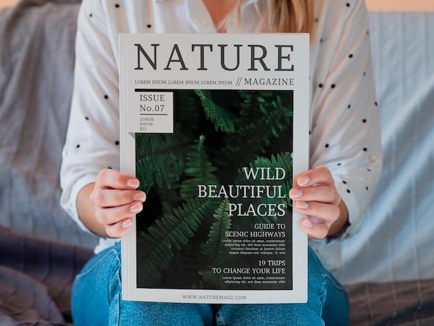 Frau, die zeitschrift über natur hält