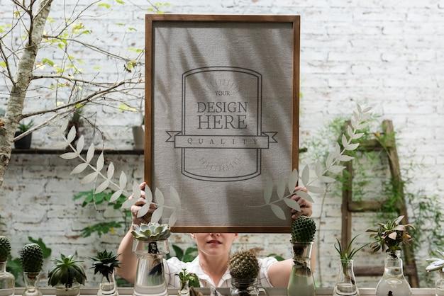 Frau hält design spcae weißes brett