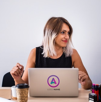 Frau im büro, das an laptop arbeitet