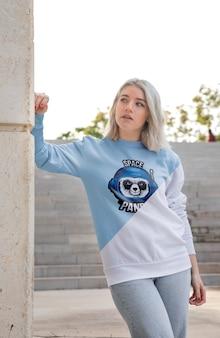 Frau im freien tragen hoodie