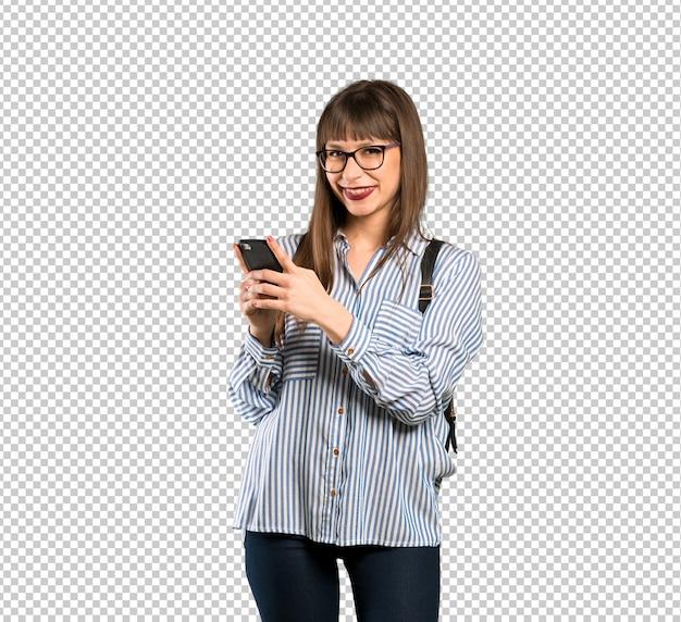 Frau mit brille, die eine nachricht mit dem handy sendet