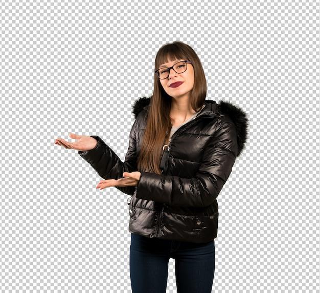 Frau mit brille, die hände zur seite ausdehnt, damit die einladung kommt