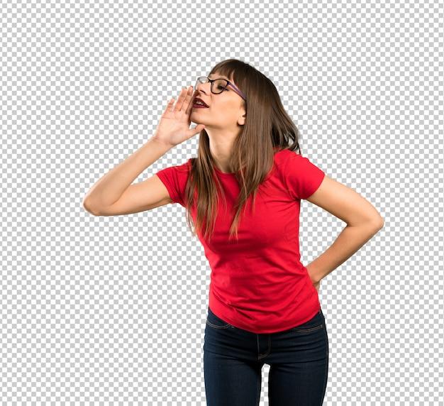 Frau mit brille mit weit offenem mund zur seite schreien