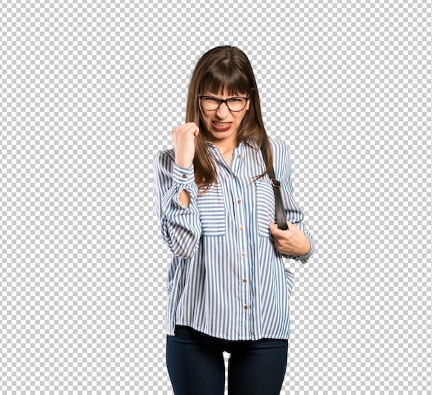 Frau mit brille mit wütenden geste