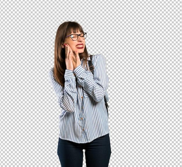 Frau mit brille mit zahnschmerzen