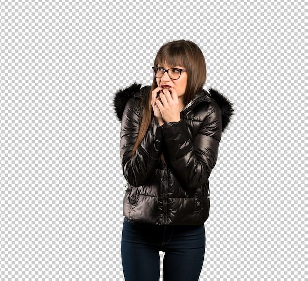 Frau mit brille nervös und erschrocken, hände in den mund zu setzen