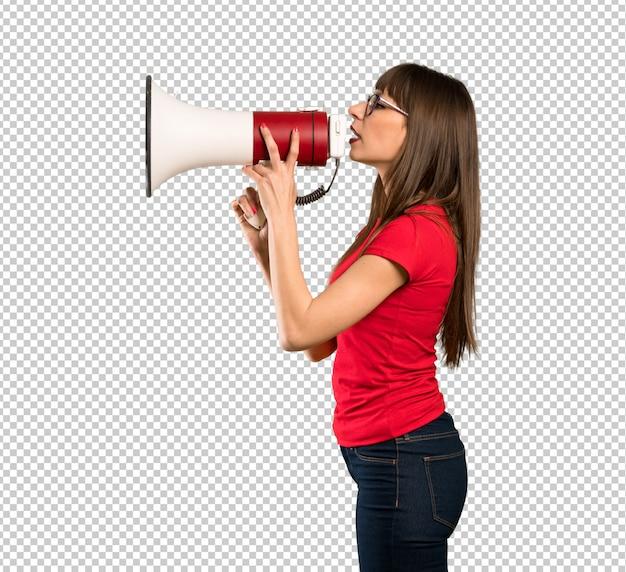 Frau mit brille schreien durch ein megaphon