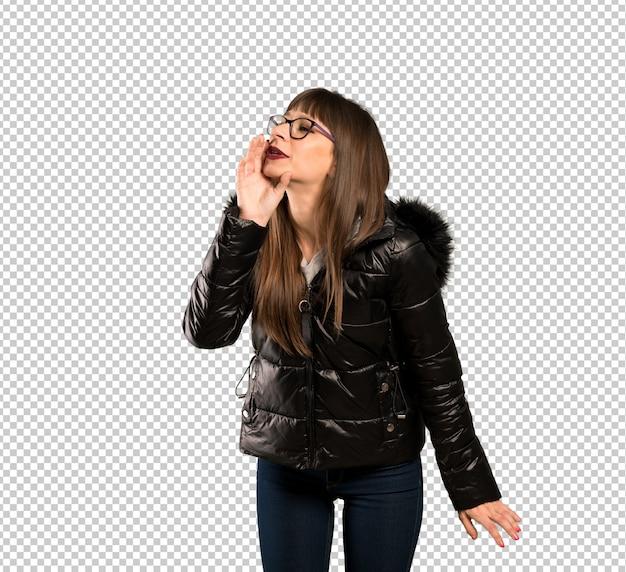 Frau mit brille schreien mit weit offenem mund zur seite