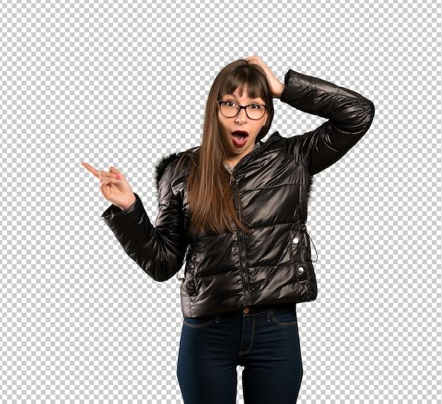 Frau mit brille überrascht und finger auf die seite zeigen