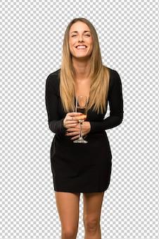 Frau mit champagner, der neues jahr 2019 feiernd lächelt, während hände auf kasten gesetzt werden