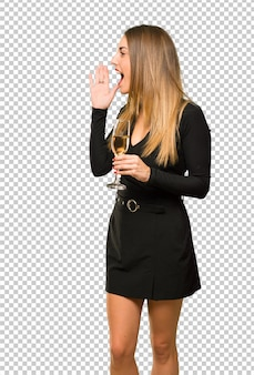 Frau mit dem champagner, der das neue jahr 2019 feiert, das seitlich schreit und etwas ankündigt