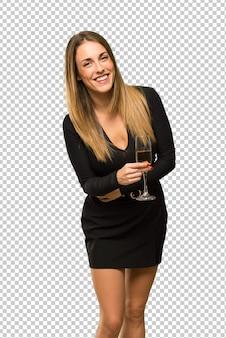 Frau mit dem champagner, der das neue jahr 2019 feiert, die arme beim lächeln gekreuzt hält
