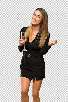 Frau mit dem champagner, der das neue jahr 2019 feiert, einen sieg feiernd