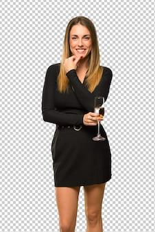 Frau mit dem champagner, der neues jahr 2019 feiert und zur front mit überzeugtem gesicht lächelt und schaut