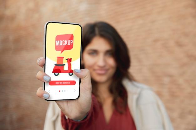Frau mit einem smartphone-modell