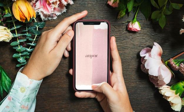 Frau mit einer inspiration auf einem mobilen bildschirmmodell