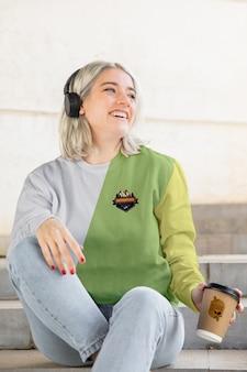 Frau mit hoodie, die musik hört