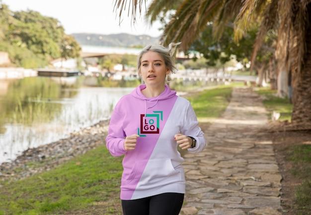 Frau mit kapuzenpullover läuft