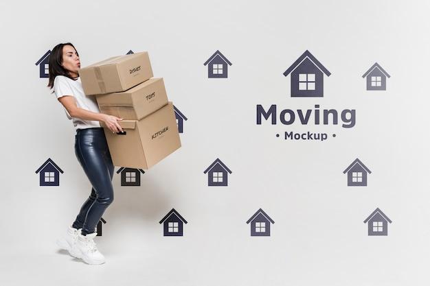 Frau mit paketen, die sich bewegen